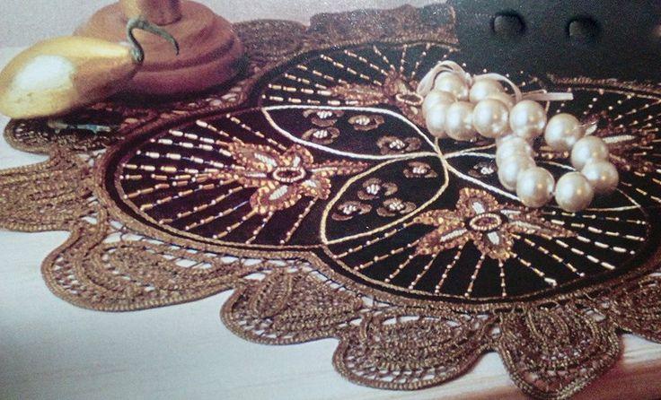 ''Μαύρο άνθος'' Κεντημένο σε μαύρο καμβά Νο 8. Λίγη ριζοβελονιά με χρυσοκλωστή. Χάντρες στρογγυλές και μακαρόνι.Πέρλες και παγιέτες. Γύρω χειροποίητη δαντέλα λασέ στο σχήμα του εργόχειρου,δημιουργεί πέταλα λουλουδιού.!!!!! Υπάρχει τυπωμένο στον καμβά σε διάσταση 50χ50,με τιμή 20 ευρώ.