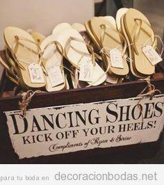 Caja llena sandalias para el baile en una boda