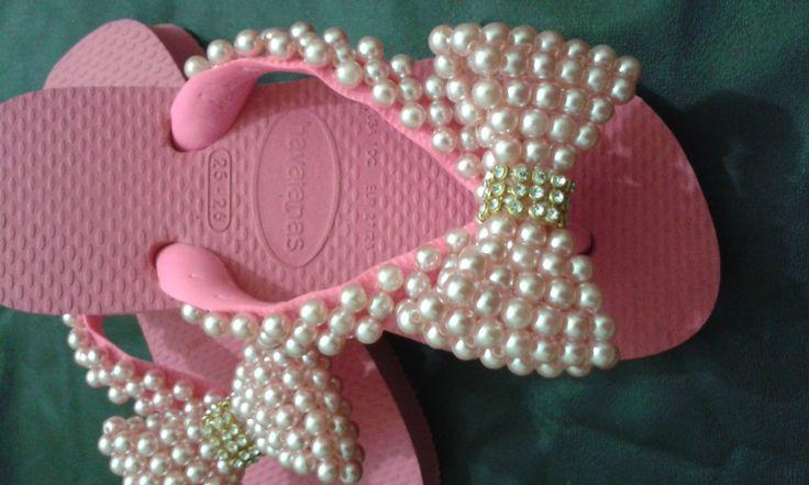 Sandália decorada com perolas - trama de perolas e laço