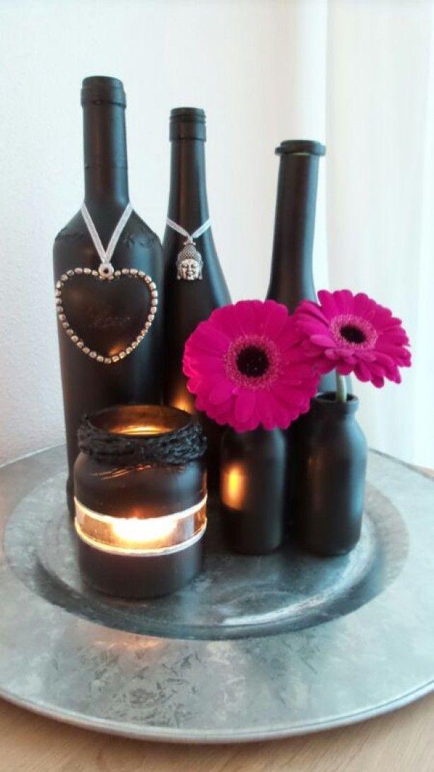 flessen en potjes mat zwart gespoten en versierd.