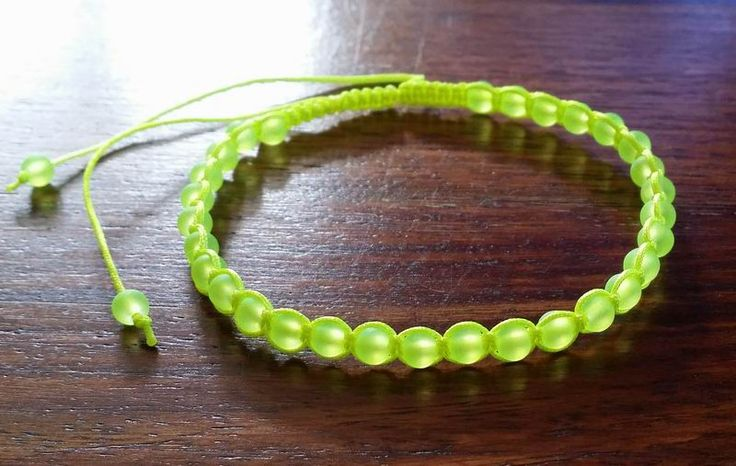 Knyttet armbånd med neongule glasperler. 29,00 kroner - http://www.mazy.dk/product_info.php?cPath=301&products_id=4737