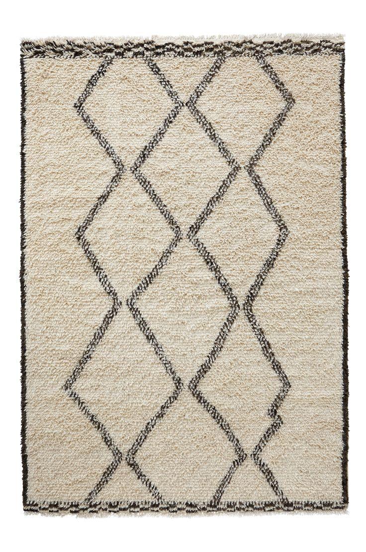 Håndvevd ryeteppe i ull med uregelmessig mønster. Et meget mykt, tykt og herlig teppe med mønster og vevteknikk som er inspirert av tradisjonelle marokkanske tepper. Frynser. Str 200x300 cm. Da teppet er håndvevd kan små variasjoner i mønster og farge forekomme. For økt sikkerhet og komfort, benytt en antiglimatte som holder teppet ditt på plass. Antiglimatten finnes i flere ulike størrelser.