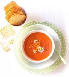 Polévka z pečených rajčat  Tahle polévka je perfektním obědem nebo svačinkou. Můžete ji podávat tep¬lou, skvělá je ovšem i zastudena – to jako osvěžení