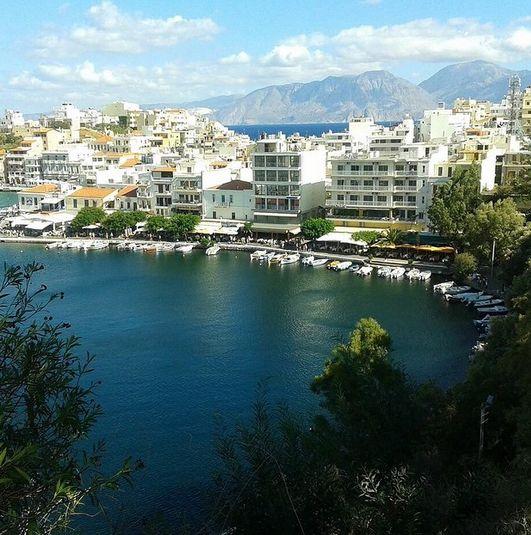 Dette er en af de hyggeligste steder på hele Kreta. Byen hedder Agios Nikolaos og ligger i den østlige del af Kreta. En idyllisk by med søen Voulismeni midt i byen. Der findes gode og hyggelige restauranter og cafeer ved havet. Du kan læse mere om Kreta her: www.apollorejser.dk/rejser/europa/graekenland/kreta