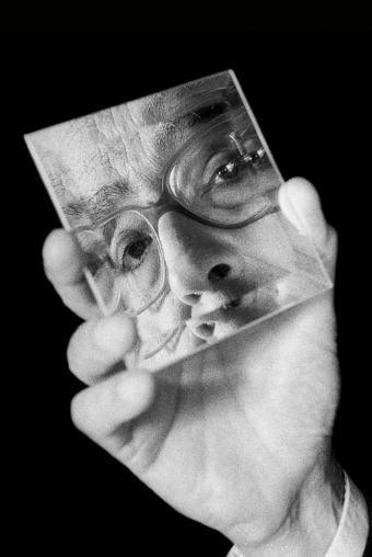 """""""Yo no escribo por amor, sino por desasosiego; escribo porque no me gusta el mundo donde estoy viviendo"""" Jose Saramago"""