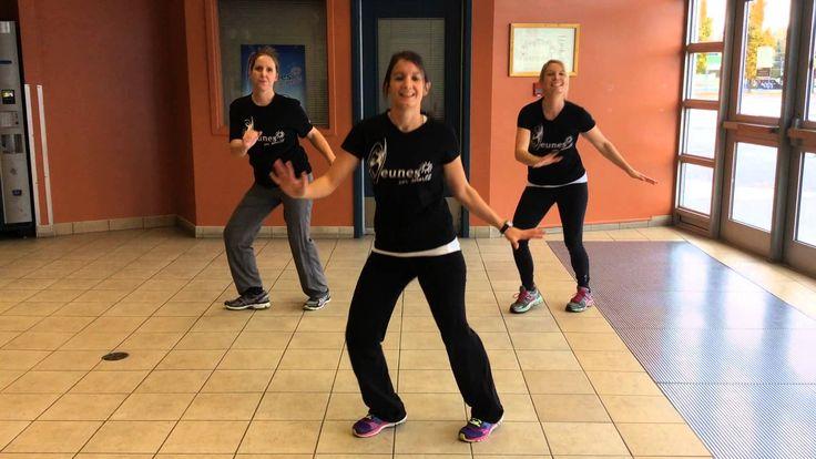 Les intervenantes de l'équipe de jeunes en santé dansent pour permettent aux enfants d'âge primaire de bouger tout en s'amusant!
