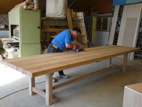 FABRICATION D'UNE TABLE DE FERME EN CHENE BRUN DE 4 METRE DE LONG PAR 1.10 DE LARGE EN ATELIER PIED DE LA TABLE FINITION…