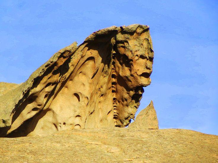 """La Sfinge Sarda. Si trova in gallura, precisamente ad Arzachena. E' un monolite di circa 8-10 metri di altezza e lungo almeno 15. Situata in un terreno privato è rimasta sconosciuta ai più. La leggenda narra che in questa roccia sia scolpito il viso di """"zio Maltinu"""", un pastore del posto che molto tempo fa fu trovato senza vita ai piedi di questa roccia."""
