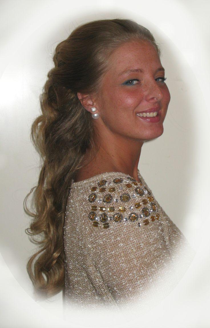 Trendy haar, Venlo Model Trendy Hairfashion for Bridal, Bride, Gala, Prom, Event, Party hair Zijwaarts haar met rond gevormde lokken. Opgestoken haar voor de trendy bruid, bruiloft, gala, gelegenheid en feest kapsel