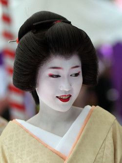 Katsuya at Baikasai 2010. Katsuya.san has this outerwordly beauty to her and she is a master at her work since she is the Oneesan of Katsuna, a very popular Maiko in Kamishichiken.
