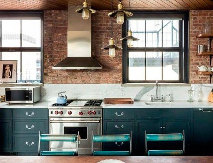 La cocina de Kirsten Dunst Si tienes casi 9.000 € al mes para gastar y estás buscando piso, te sugerimos el loft de Kirsten Dunst en el SoHo. Un ático cuya cocina tiene paredes de ladrillo visto, encimera de mármol y electrodomésticos de Wolf y SubZero.
