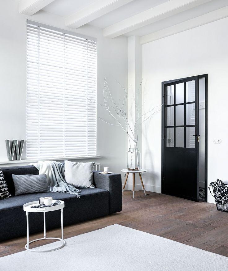 Houten horizontale jaloezieën van bece® #horizontalejaloezie #hout #bece #venetianblind #raamdecoratie #zonwering #design #interieur #zon