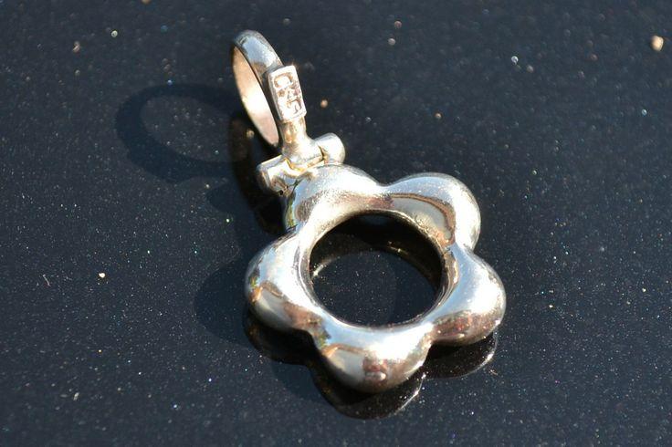 Zilveren Hanger Bloem. Ook als bedel te gebruiken Prijs: 19,95 €  Gratis verzending in NL http://www.dczilverjuwelier.nl/zilveren-bedels-hangers