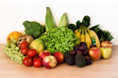 127. Biokiste  Gemüse: 1 Sellerieknolle mit Grün, 400 g Tomaten, 300 g Broccoli, 2 Zucchini, 2 Zuckermaiskolben, 1 Eichblattsalat  Obst: 500 g kernlose Trauben, 1 rote Grapefruit, 1 Mango, 3 Nektarinen, 2 Avocados, 300 g Zwetschgen, 1kg Uurú-Bananen, 3 Äpfel (Braeburn)  --  Gesamtsumme: 27,45 EUR Anbieter: momo.abo-kiste.com