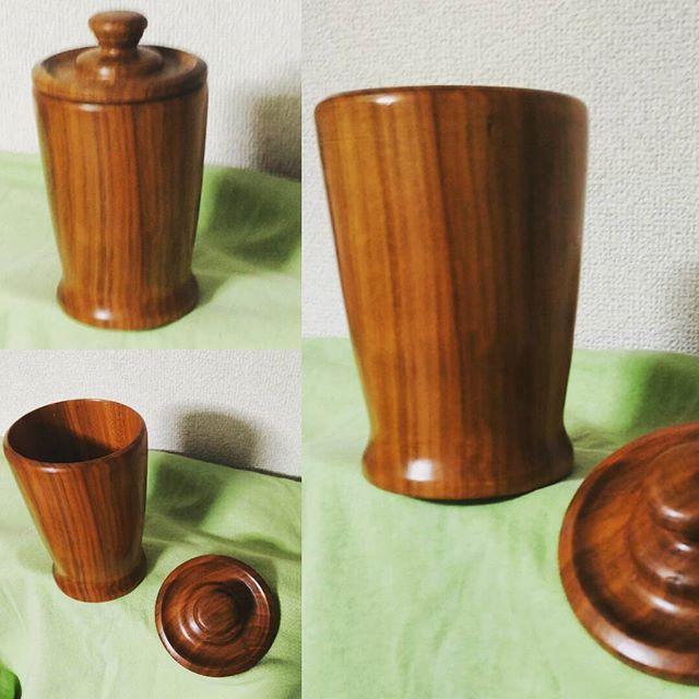 【maechi.thb】さんのInstagramをピンしています。 《桜のコップ #今日の木工 先日に続き木工旋盤に向かう。南洋桜の湯飲み茶碗。#コップ 蓋も一緒に 蓋の方がデザインで時間も掛かり、神経も使うし、大変に手間取りました。出来たときの喜びが、最高 出来映えにニッコリ!  #wood #woody #woodturning #木工  #木工旋盤 #woodmaking #woodcraft #woodworking #sakura #さくら #桜 #湯飲み茶碗 #湯飲み #cups #cup #handcraft #handmake #handmaking #お茶 #茶 今日の一杯は、#緑茶》