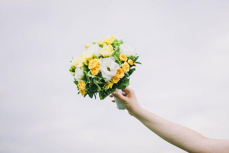 Kytice svatební a nebe letní. www.mafoto.cz © Martin Holik #wedding #svatba #nevesta #bride #flowers
