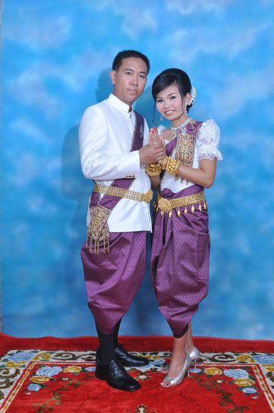 ชุดประจำชาติของกัมพูชาคือ ซัมปอต (Sampot) หรือผ้านุ่งกัมพูชา ทอด้วยมือ มีทั้งแบบหลวมและแบบพอดี คาดทับเสื้อบริเวณเอว ผ้าที่ใช้มักทำจากไหมหรือฝ้าย หรือทั้งสองอย่างรวมกัน ซัมปอตสำหรับผู้หญิงมีความคล้ายคลึงกับผ้านุ่งของประเทศลาวและไทย ทั้งนี้ ซัมปอดมีหลายแบบซึ่งจะแตกต่างกันไปตามชนชั้นทางสังคมของชาวกัมพูชา ถ้าใช้ในชีวิตประจำวันจะใช้วัสดุราคาไม่สูง ซึ่งจะส่งมาจากประเทศญี่ปุ่น นิยมทำลวดลายตามขวาง ถ้าเป็นชนิดหรูหราจะทอด้ายเงินและด้ายทอง
