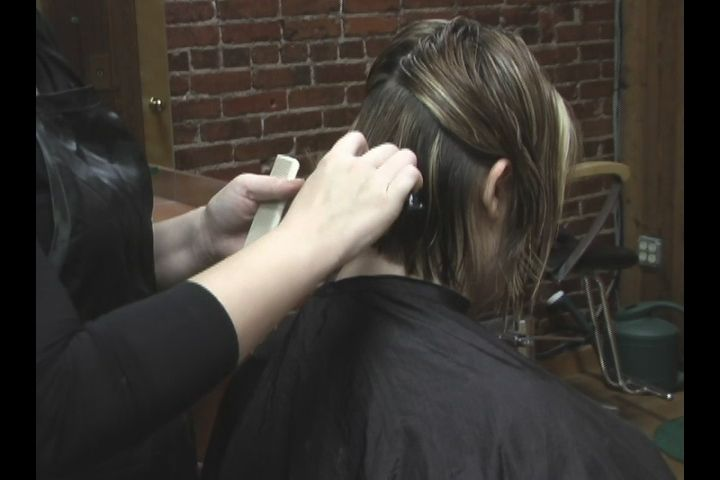 Video: How to Use a Razor to Cut Hair: Part 2