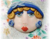 Reservado para sassyheather - senhora com um chapéu azul broche - argila do polímero feito à mão
