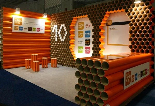 Stand ecologico hecho con tubos de cart n del color for Stand carton