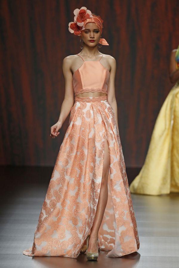 Foto 18 de 2 Cropped top en color melocotón y falda larga con sensual abertura   HISPABODAS