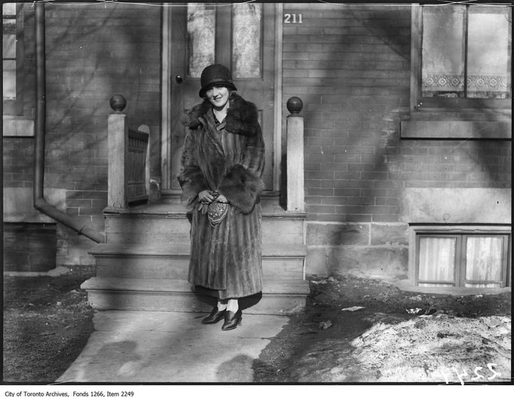 Mary Pickford in front of her Toronto childhood home