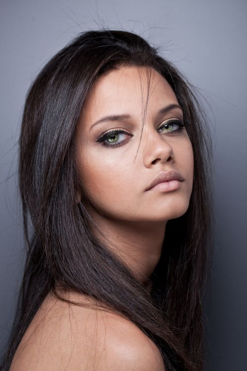 grey and brown shadow, gentle cat eye: i love the combo of her light green eyes, her tanish skin, and dark brown hair