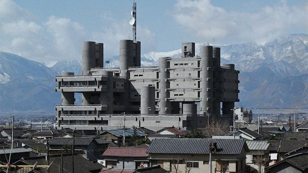 These buildings by Kenzō Tange (1913-2005) look like matte paintings from futuristic movies -- but they're actually some of the most unique megastructures in the world. One of the most famous architects of the 20th century, Tange combined traditional Japanese styles with modern architectural solutions and forms.