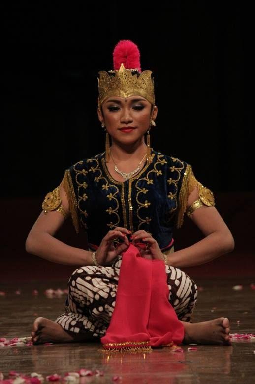 Intan Winda Penari Tradisi. ISI Surakarta. https://www.facebook.com/intan.winda.9/photos_all