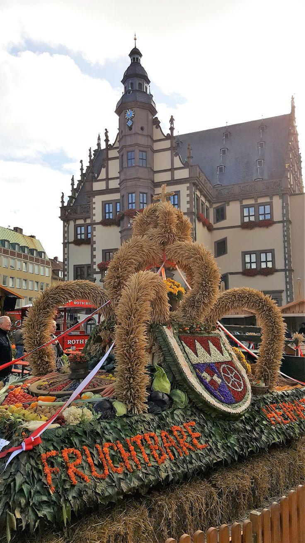 Der Erntedankmarkt In Schweinfurt Im Hintergrund Ist Das Historische Rathaus Zu Sehen Http Www Schweinfurt360 De Mark Schweinfurt Tourismus Stadt Land