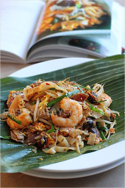 Char Kuey Teow (炒粿條/Penang Fried Flat Noodles) recipe - A great Char Kuey Teow beckons you from blocks away; the tempting aroma fills the air and lure diners in from afar. The very thought of that smell is enough to set my stomach rumbling. #malaysian #shrimp #stirfry