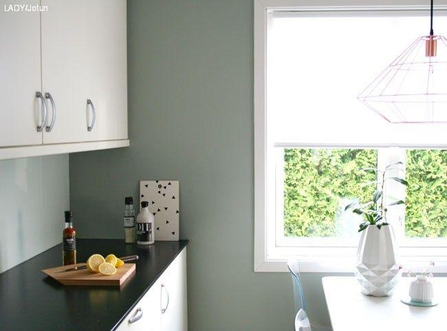 LADY 7555 Soft Mint over kjøkkenbenken og LADY 7163 Minty Breeze på veggene.