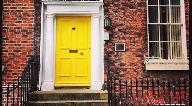 Supaya pintu depan rumahmu jadi makin cantik, ide-ide dekorasi ini yang harus diterapkan.