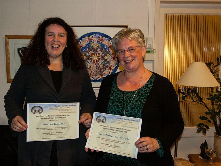 Dorothea Waalder en Mieke Mudde - van den Bos met hun certificaat, uitgereikt door Danka Hüsken-Smit