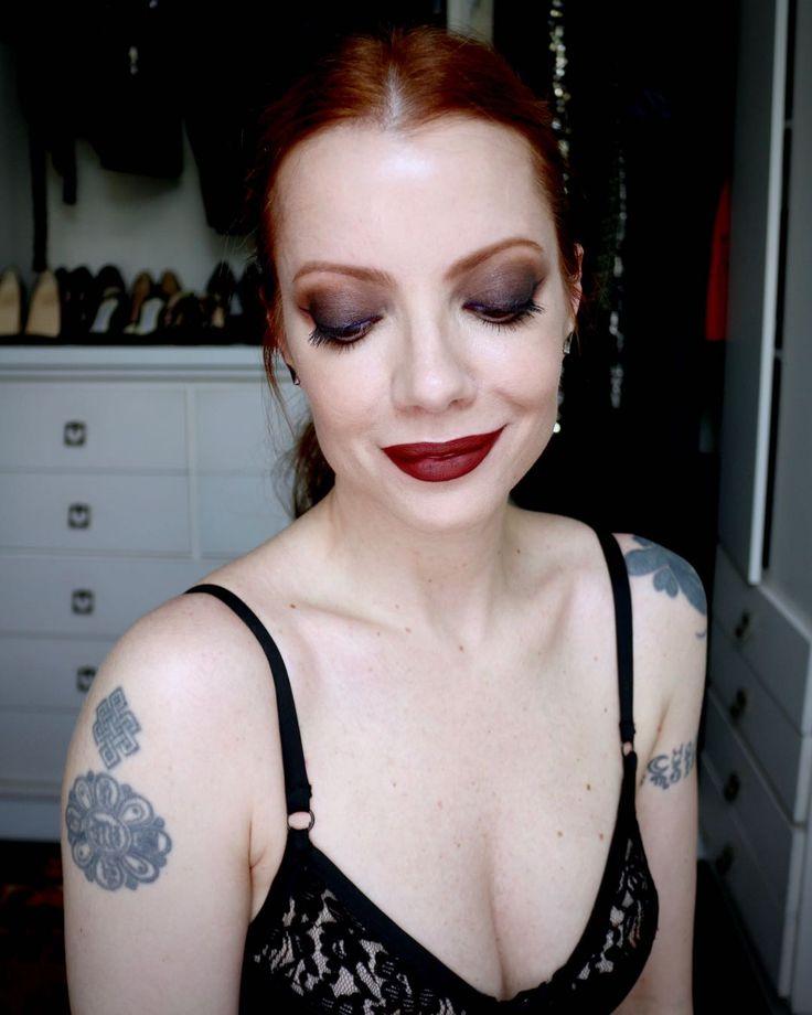 Julia Petit maquiagem com olhos e boca destacados
