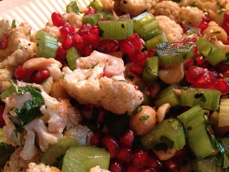 Nooit geweten dat bloemkool zo goddelijk verfijnd kon zijn! Deze salade is ongelofelijk lekker. Voor vijf minuten voelde ik me een echte sterrenkok en na het eten voelde ik me gezond en energiek. De hazelnoot samen met de ahornsiroop en de zure zaadjes van de granaatappel vormen een unieke combinatie die de bloemkool naar een heel ander level tilt dan de doodgewone boerse Nederlandse groente (die sommige mensen zelfs vinden stinken). Niets van dat alles! Een echte smulsalade voor hippe ...