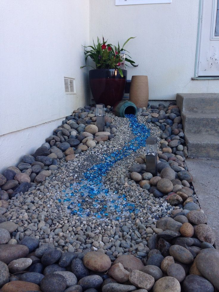dry creek / spill effect ... trying to figure out the shiny blue rocks - are they aquarium rocks? - Fresh Gardening Ideas