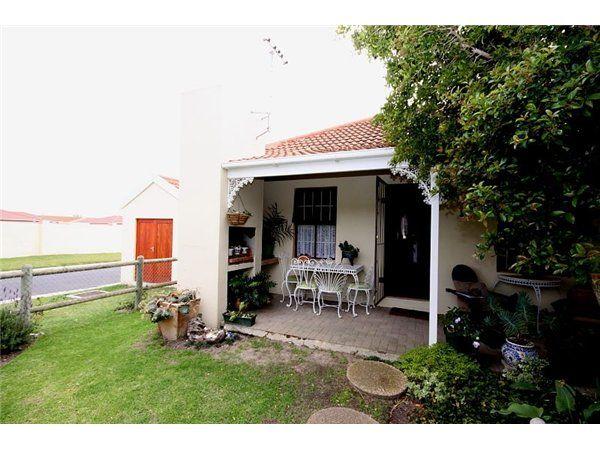 2 bedroom house in Gordons Bay Central, , Gordons Bay Central, Property in Gordons Bay Central - J87895
