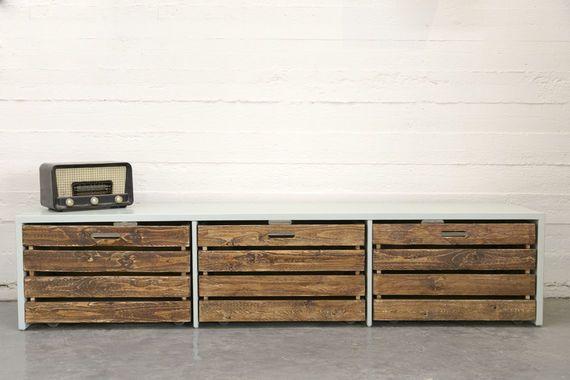 """ספסל+ארוך+בעבודת+יד+מעץ+מלא,+עם+חלוקה+ל+3+תאים+בכל+תא+ארגז+גדול+עם+גלגלים+לאחסון+ואפסון+חפצים. הספסל+צבוע+בצביעה+אטומה+והארגזים+בצבע+עץ+כהה+להבלטת+המראה+האוטנטי+והטבעי. בגב+הספסל+יש+מעצור+מעץ+לשמור+שהארגזים+לא+יזוזו.(כפי+שניתן+לראות+בתמונה+האחרונה)<br+/> מתאים+לחדרי+ילדים+לישיבה+וכן+לאחסון+צעצועים+ועוד.. לנישה+בבית,+לסלון+לחדרי+השינה+ועוד.. מידות+הספסל: אורך:+2+מטר עומק:+45+ס""""מ גובה:+40ס""""מ ניתן+להזמין+בהתאמה+אישית+בכל+גודל+,+חלוקה+וצבע. יש+לך+שאלות+נוספות?+מוזמנים+לפנות..."""