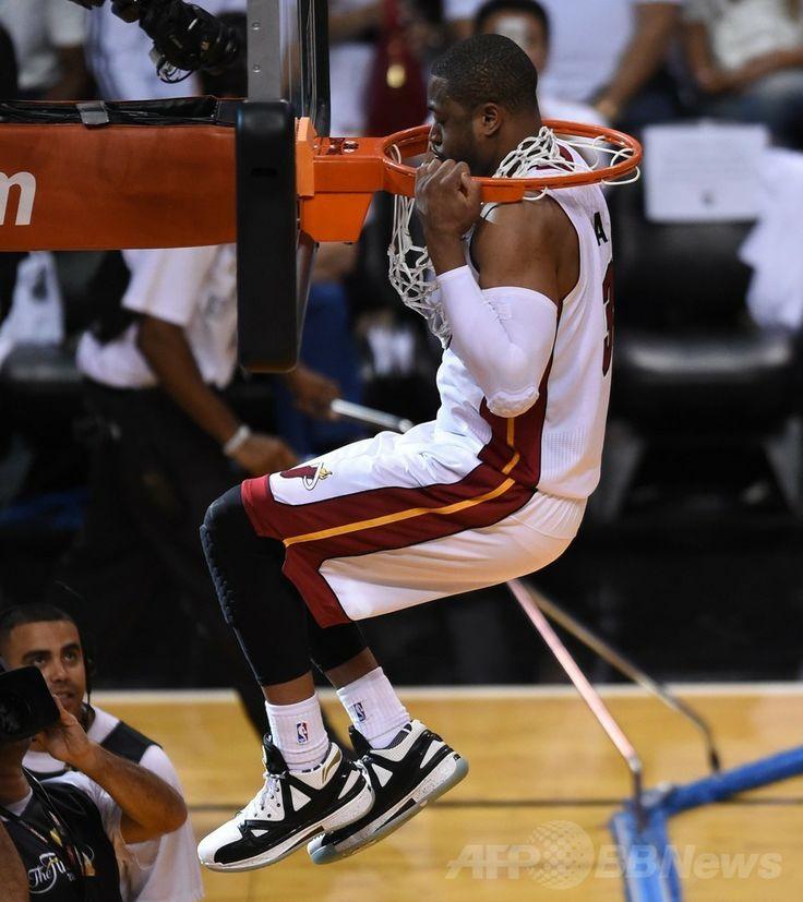 13-14NBAファイナル(7回戦制)、マイアミ・ヒート(Miami Heat)対サンアントニオ・スパーズ(San Antonio Spurs)第3戦。試合前、リングで遊ぶマイアミ・ヒートのドウェイン・ウェイド(Dwyane Wade、2014年6月10日撮影)。(c)AFP/Timothy A. CLARY