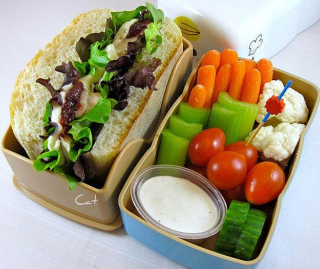 Super - zdrowa kanapka z sałatkami i pełen pojemniczek ulubionych warzyw. Czyż nie wygląda apetycznie?