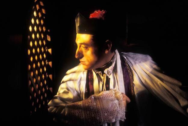 Fermín de Pas altro personaggio della Regenta, è un uomo anch'esso soggetto da contrasti interni non indifferenti. Viene considerato un uomo egoista, vendicativo e perverso ma allo stesso tempo, in qualche modo, succube della madre. Anche in questo personaggio prevale il contrasto tra la spiritualità, la religiosità e le voglie più carnali, il mondo delle passioni. E' frustrato perchè molto innamorato della donna-portante della opera, Ana Ozores e sazia i suoi bisogni con la criada.