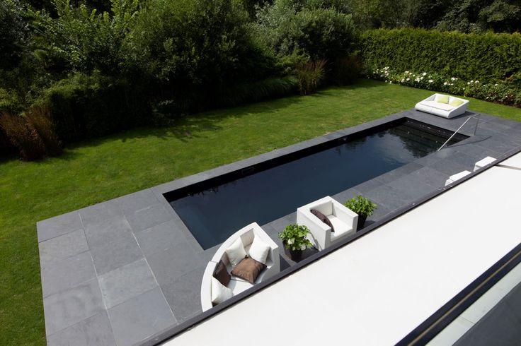 Een moderne, onder architectuur gebouwde (2010) vrijstaande villa met 2 bouwlagen van totaal ca 300 m2 met verwarmd zwembad, tuin op ZW gelegen aan het water, voorzien van de modernste materialen en zeer eco-vriendelijk gebouwd met o.a. aardwarmte en