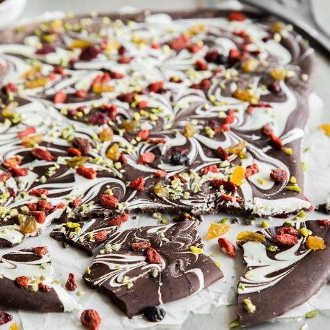 Selbstgemachte Schokolade - wie aus der Schweiz!In Stücke brechen, in Klarsichtfolie verpacken und schwups ist ein ideales Gastgeschenk gezaubert.