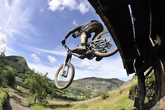 La horquilla, es un elemento que ejerce una gran función en la conducta de nuestra bicicleta, esta simple pieza influye directamente en el buen funcionamiento de la MTB y por ende en nuestra seguridad. Es por ello fundamental conocer las distintas opciones que hay cuando nos disponemos a comprar una horquilla nueva para nuestra bicicleta. Ya sean nuevas o de segunda mano, es normal que nos abrumemos si no controlamos este tipo de mundo. #mountain #bike #horquilla #deporte #extremo #xports