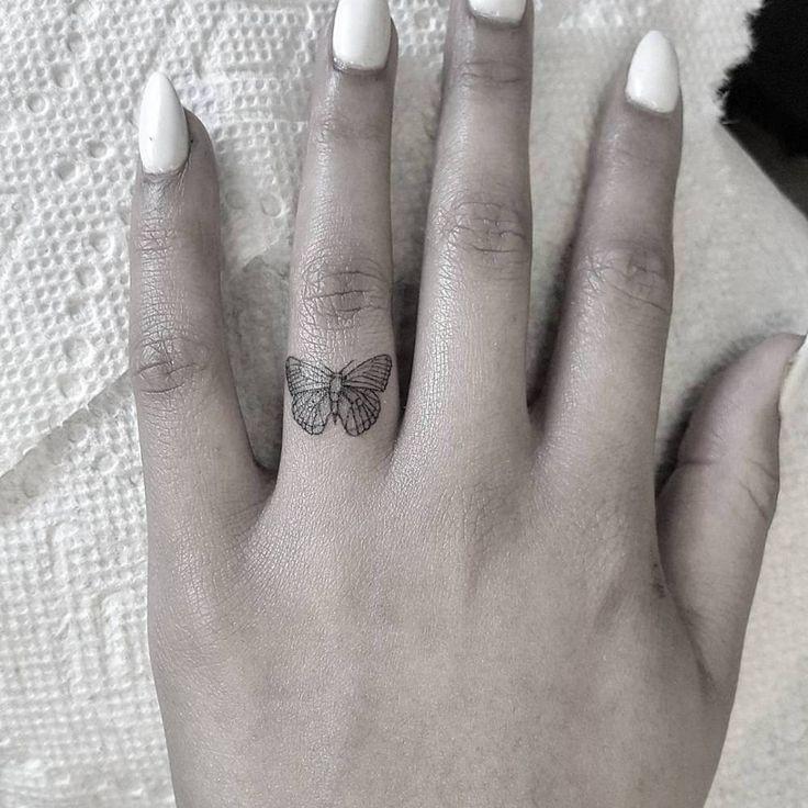 Butterfly tattoo on the ring finger.   – Tatuajes en los dedos