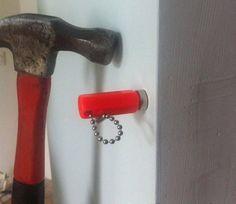 Come fare a sapere se nel muro che vogliamo bucare passano fili metallici, chiodi o bulloni? Usando una calamita!