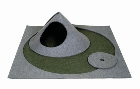 matali crasset - Oritapis - De même, j'ai conçu des objets autour de l'idée même de partage  enfants/parents. L'oritapis, par exemple est à la base un tapis tout plat, mais  il peut se transformer en 3D et ainsi ressembler à une barque ou un terrier de  petit animal, etc…Bref, je me bats depuis toujours contre le zoning !