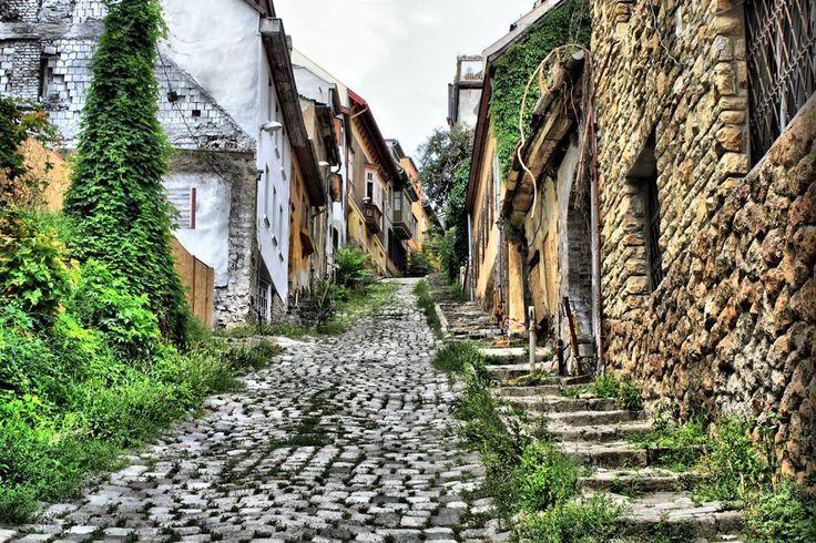Gül Baba utca, Budapest - Rejtett szépségek találhatóak mindenhol, ilyen a Gül Baba utca is. Ez az utca olyan, mint egy időutazás. Mint egy titkos időutazás, hiszen pár lépésre található a Margit-hídtól, sokan mégsem tudnak róla.