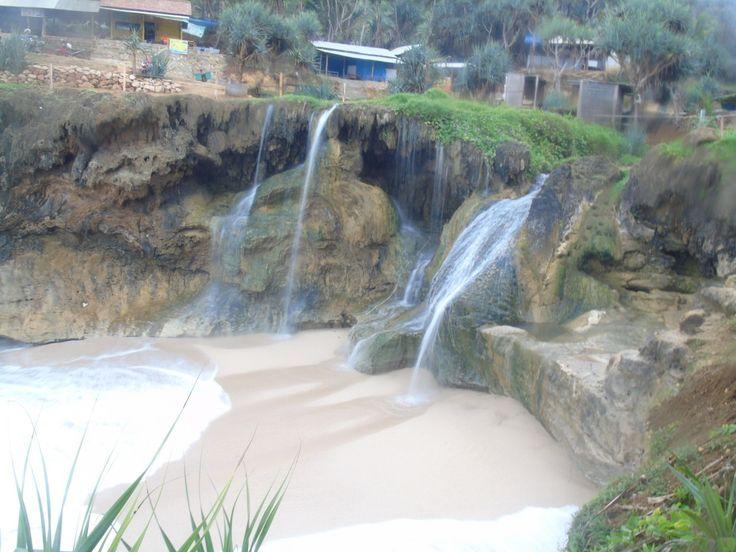 Warga sekitar menyebutnya Banyu tibo yang artinya air jatuh/air terjun nama itulah yang tepat untuk menggambarkan salah satu keindahan alam yang ada di Kabupaten Pacitan Jawa Timur. Terkenal dengan 1001 Goa nya Pacitan memiliki pesona lain yang cuma segelintir orang yang tau tentang keindahan pantai yang dimilikinya.Pantai ini terletak di salah satu desa berbatasan dengan …